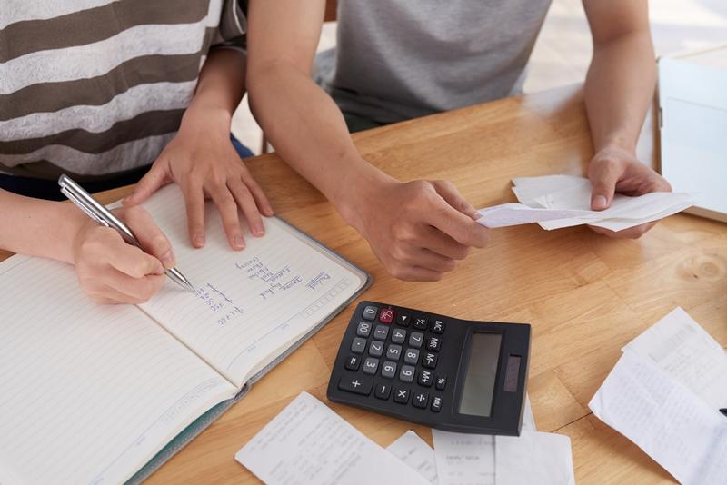 Rà soát và lên danh sách các khoản nợ và trả nợ theo thứ tự
