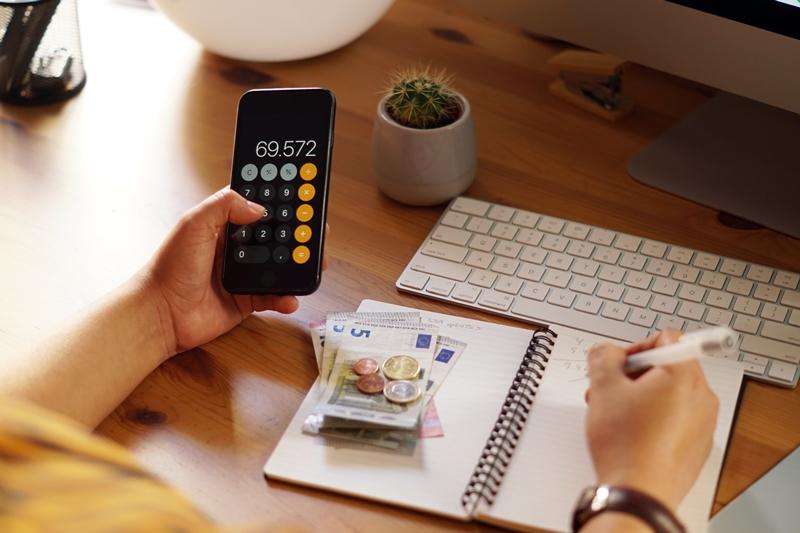 Quản lý chi tiêu kỹ càng giúp bạn tiết kiệm được thêm một khoản tiền để trả nợ